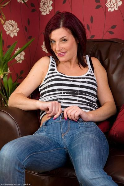 Ache housewife posing in constricted jeans