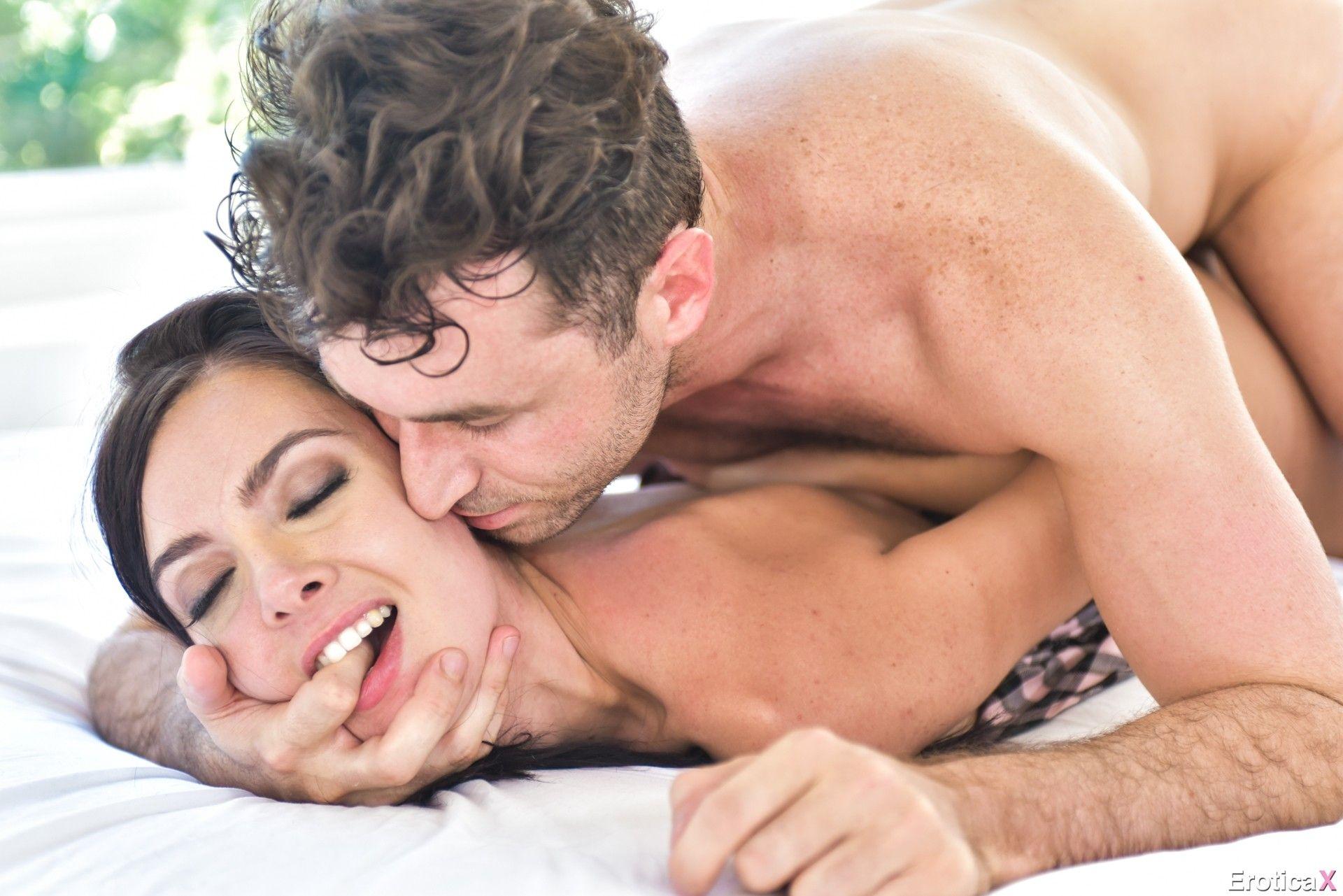 clara morgane baisee par un acteur francais sur un canape rouge