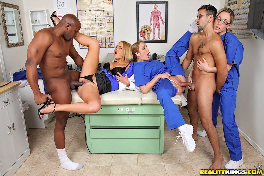 блондинки порно фильмы клиника групповой терапии начинал карьеру