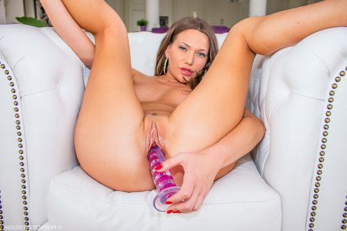 Russian beauty subil arch teases us with her rigid body then plays with her pink
