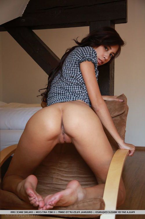 Latina chicito glamour dear Paula Shy freeing extreme barefeet from high heels