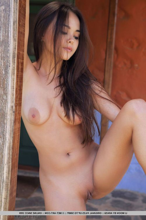 Eastern hottie Li Moon displaying smooth head amateur twat although glamour photo set free