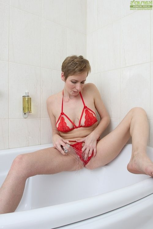 Set free haired Euro woman Glamorous Nensy expanding soaked ready cage of love in bathroom