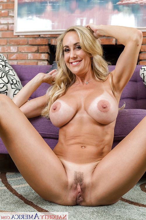 Seasoned blonde Brandi Love revealing superior butt and weighty front bumpers in high heels