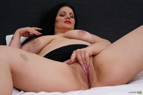 Corpulent housewife getting juicy and appealing