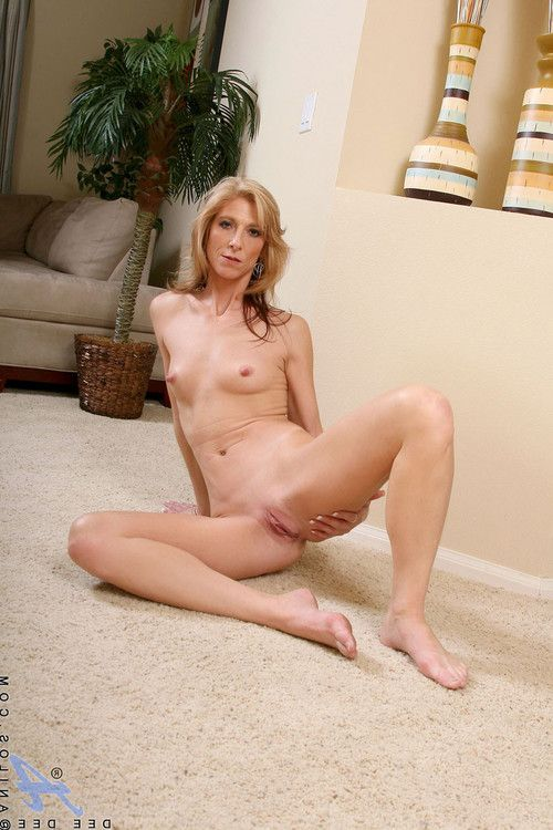 Enticing anilos cougar dee dee flaunts her accomplished butt in a extreme simply there th