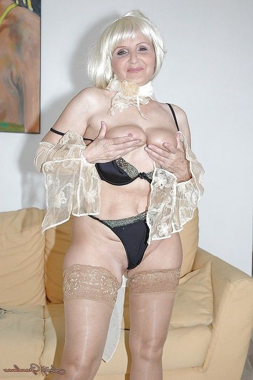Wild full-grown in nylons disrobes exposed to taste her muff with a huge gear
