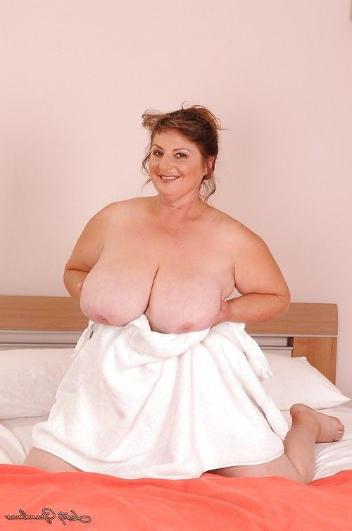 Full-grown plumper with large saggy jugs and shaggy cooter posing on the sofa