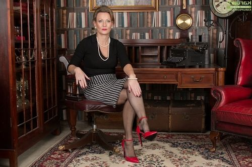 Grown MILF Huntingdon Smyth posing in ebon stockings and high heels