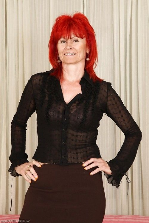 Redheaded grown up Patricie expanding cage of love and playing with pointer sisters
