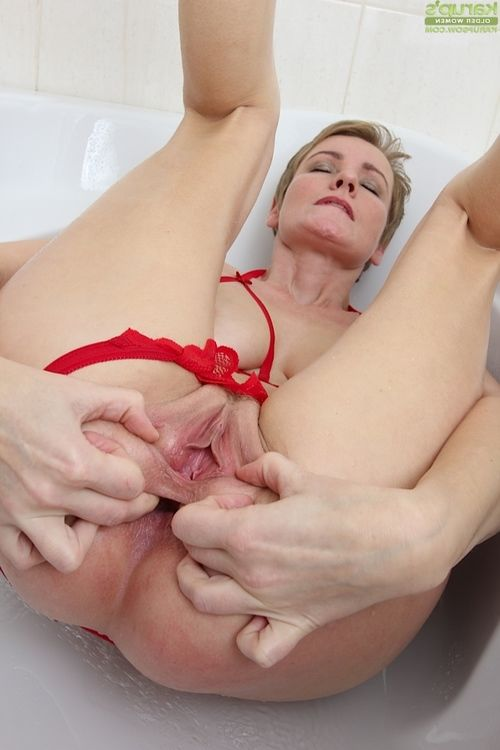 Short haired mellow English lady Pretty Nensy amplifying trimmed bawdy cleft in shower-room