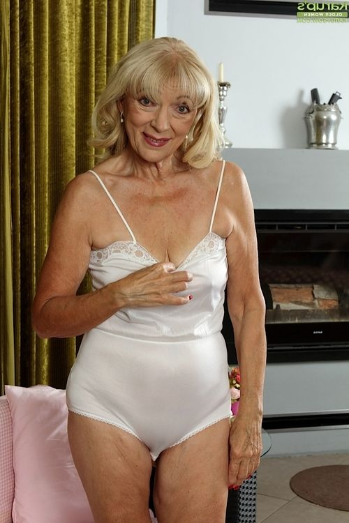 Dreadful golden-haired mature Janet Lesley bares compact saggy melons previous to stroking