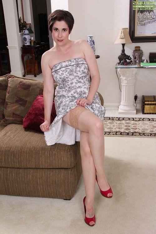 Elderly solo sample Sadie Jones flashing upskirt hip and pipe in red heels