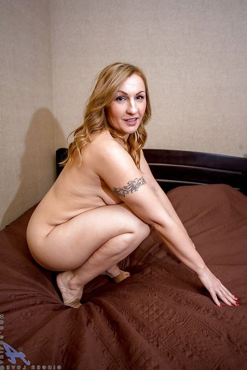 Grown up golden-haired playgirl Ginger Love lifting underclothes to creep mammoth apple bottoms