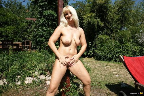 This housewife fall in love with to enjoy naughty in the garden