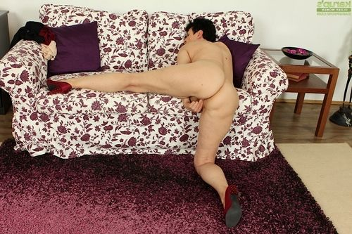 Sweaty full-grown Karoline swelling legs and finger very smooth on top placid snatch