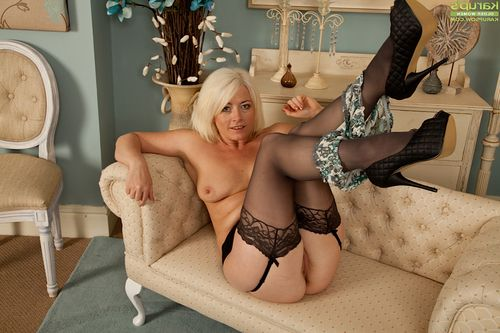 Milf Amber Jewell expands her cute-looking smooth on top slit on the web camera