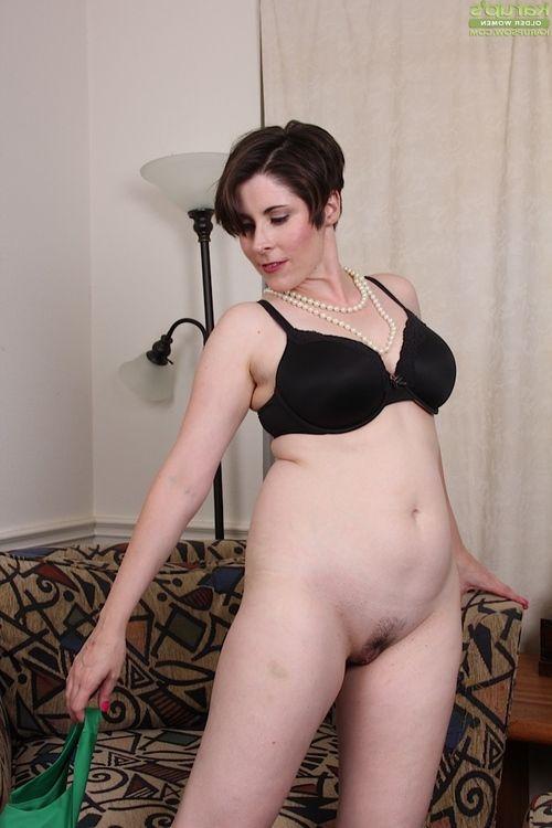 Short haired seasoned woman Sadie Jones stroking snatch