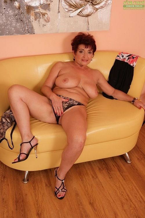 Short haired seasoned dame Jesica Clammy revealing massive love bubbles in high heels