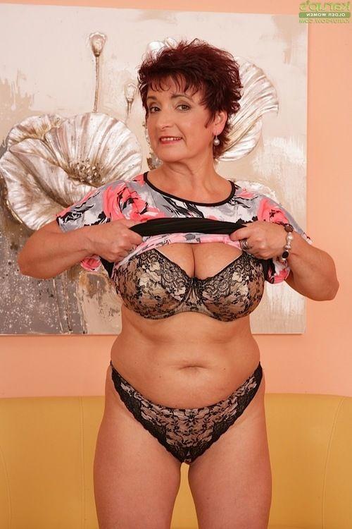 Short haired seasoned dame Jesica Clammy revealing massive love bubbles in high heels