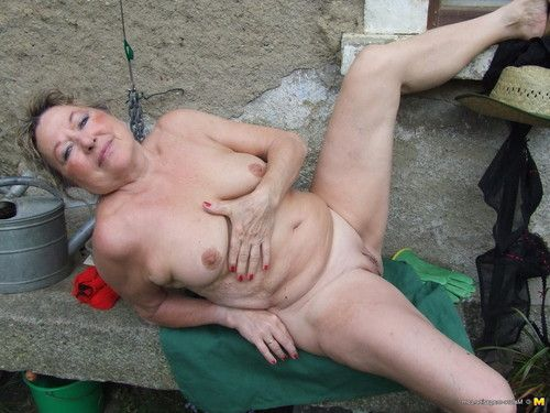 Sexual housewife getting lewd in the garden
