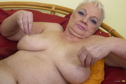 Dirty seasoned woman showing off her raunchy side