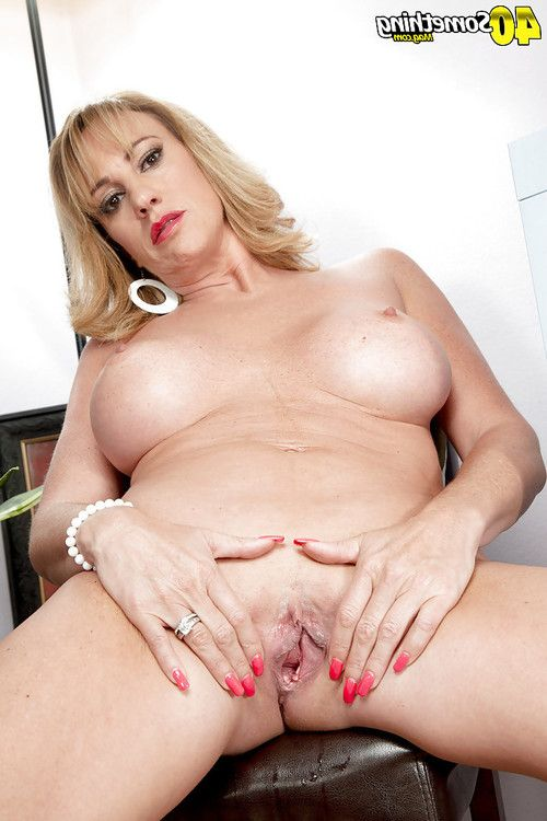 Fairy ripe beauty Annette Hotwife unveiling excellent titties and skinhead slit