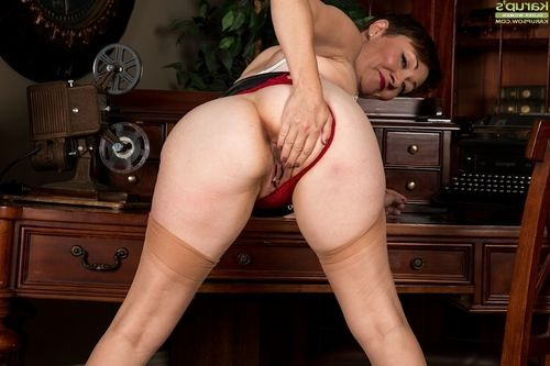 Granny Euro woman Kitty Cum showing off useful wazoo in nylons and heels