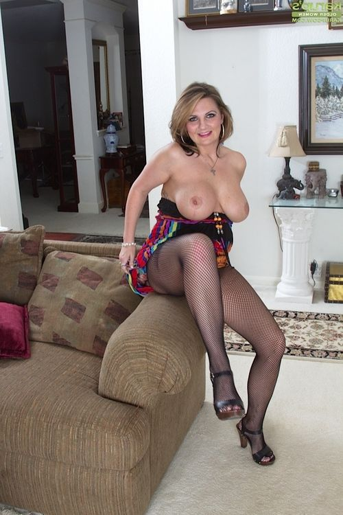 Grown lady in hose Cherrie Dixon expands her hot legs