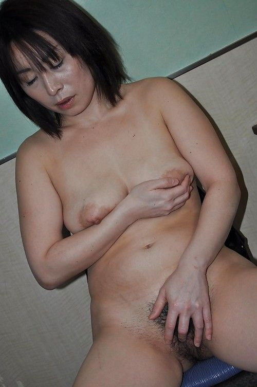 Eastern elderly Yumi Ohno undressing and vibing her furry fur pie