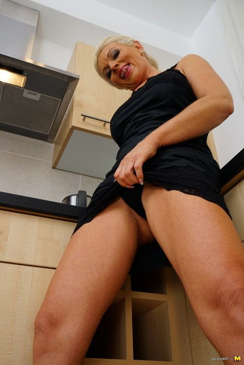 Hungry housewife playing with her cum-hole