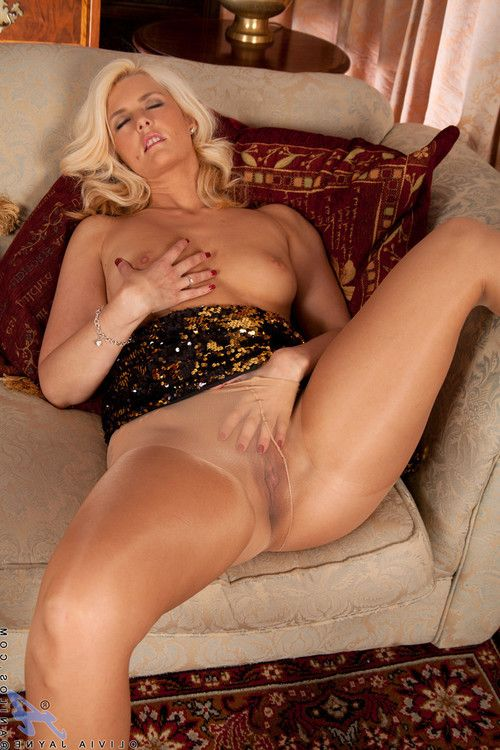 Beautiful anilos lass showing off her fat bawdy cleft on the sofa