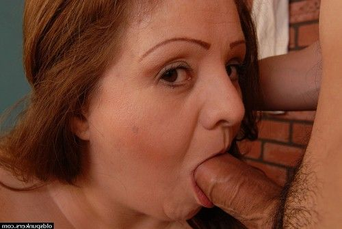 Chubby aged woman Cyn taking in shlong and eating stream of cum off of whoppers