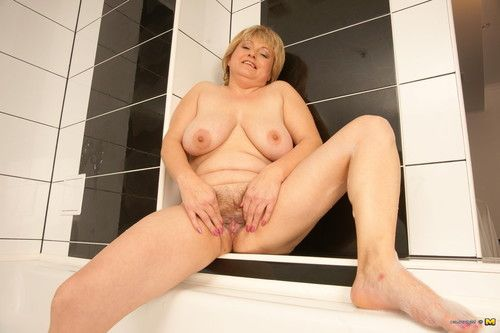 This bulky MILF keen to playing with she is in the tub